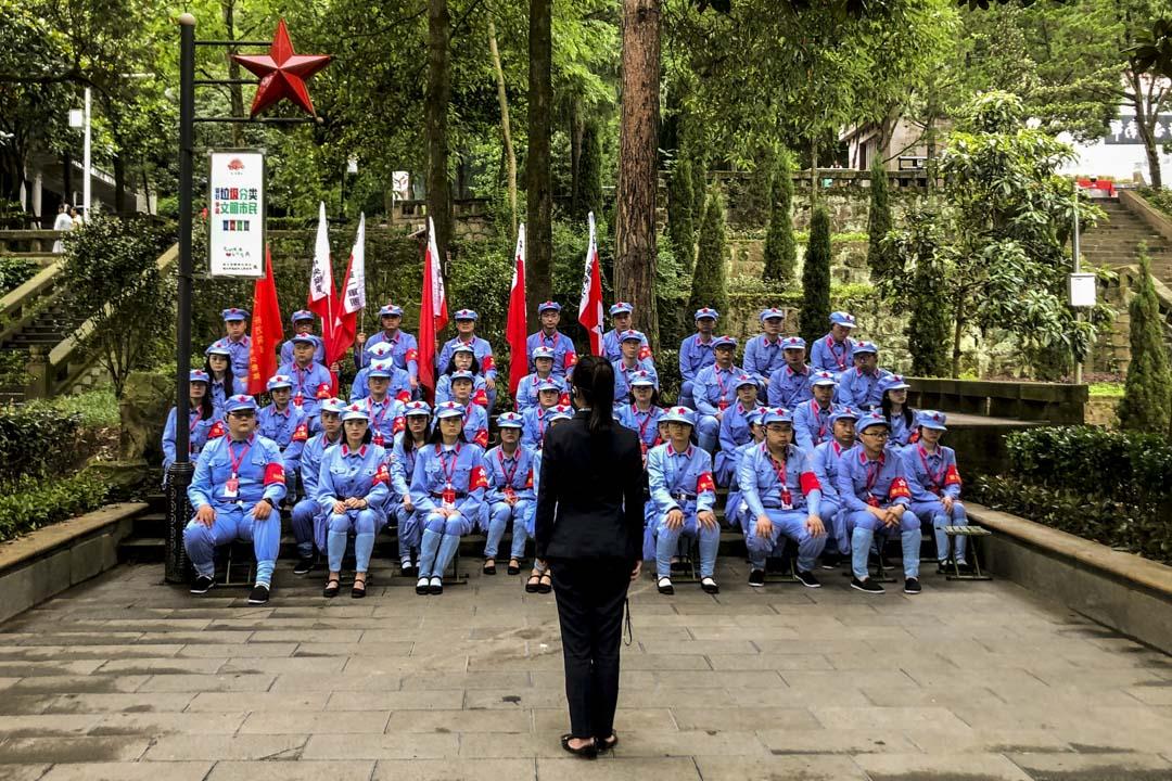 遵義有著川流不息的紅色旅遊團到訪,有不少更身穿紅軍軍裝。