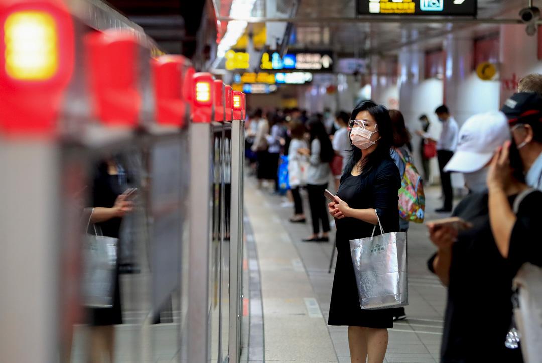 2021年6月23日,台北的地鐵月台上有戴著口及眼罩的市民。 攝:Ceng Shou Yi/NurPhoto via Getty Images
