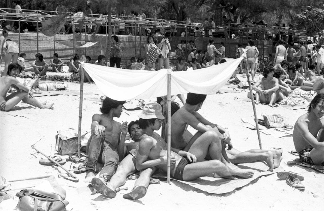 1977年的夏天,年輕男子在沙灘上。 攝:Sunny Lee/South China Morning Post via Getty Images