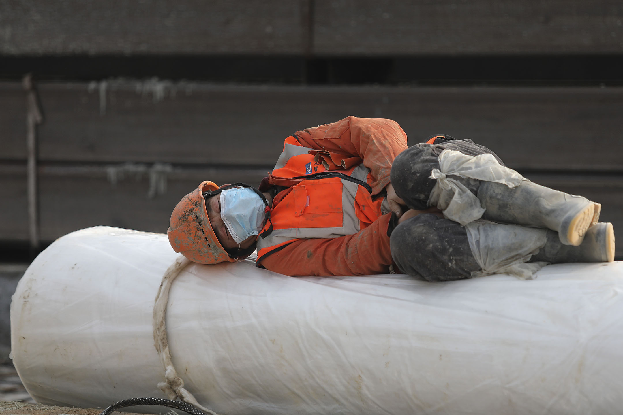 2020年1月28日中國武漢 ,一名建築工人正在休息。