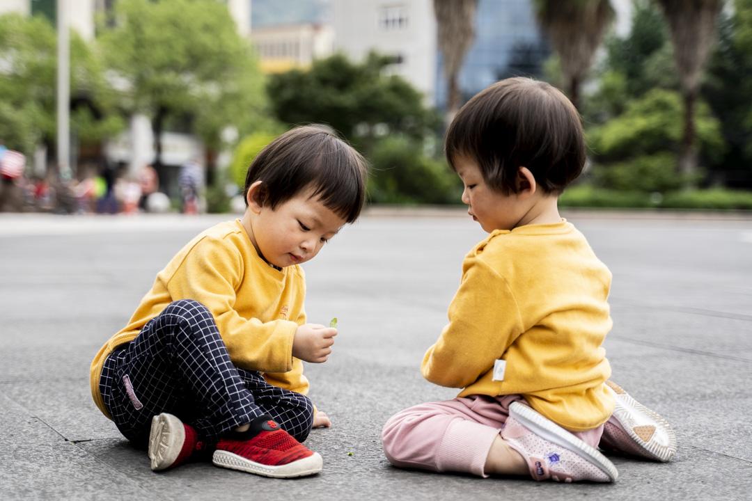 2021年5月25日,浙江青田火車站廣場,一對雙胞胎姊妹在玩耍。 攝:林振東/端傳媒