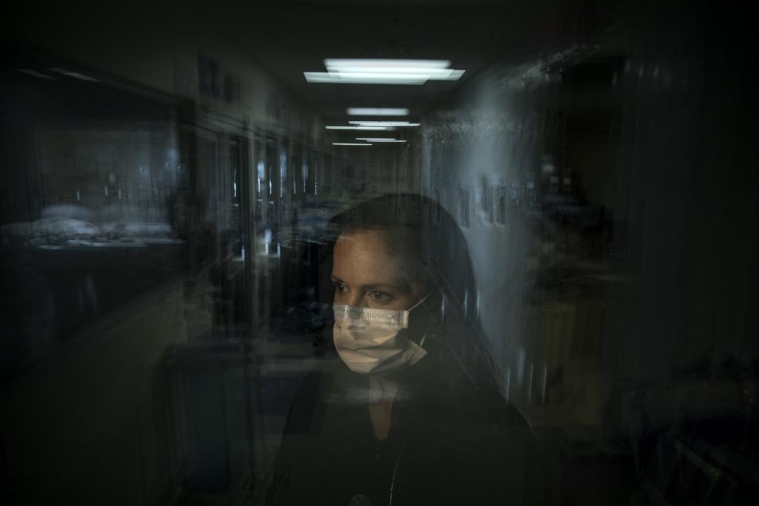 「我會回家,嘗試睡覺。但翌天起床就會發現,我又回到這場流行病的現實中」,註冊護士Lisa Lampkin說。