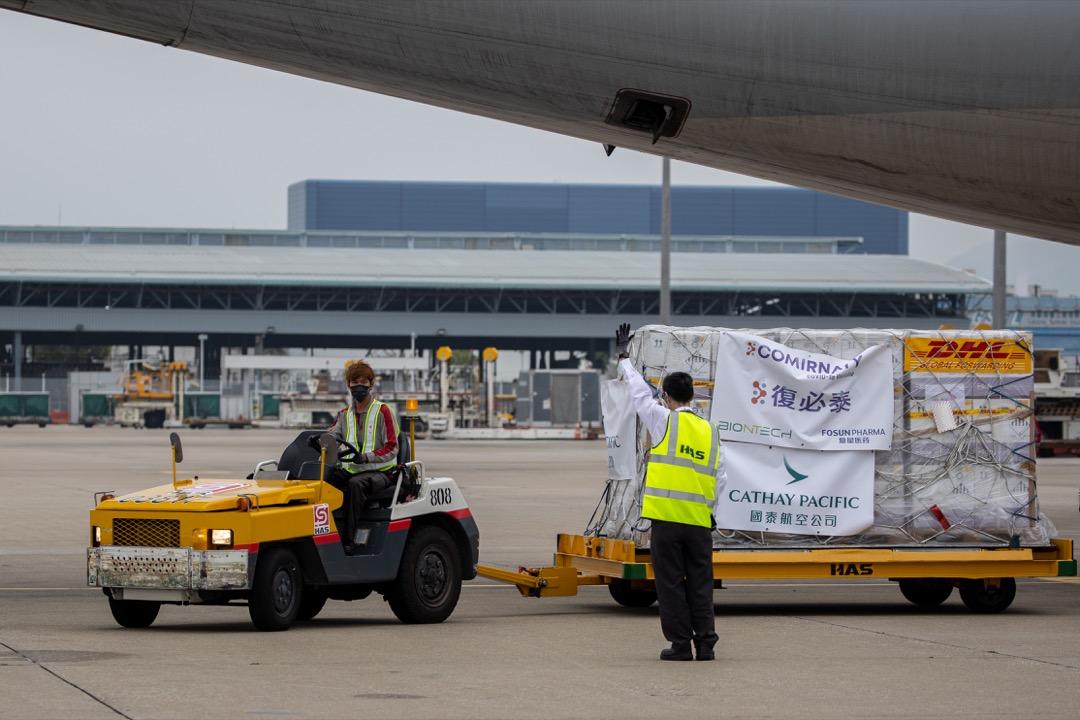 2021年2月27日,一個批次的「復必泰」疫苗抵達香港國際機場。由上海復星醫藥代理的輝瑞-BioNTech 疫苗,在中港澳台名為「復必泰」。