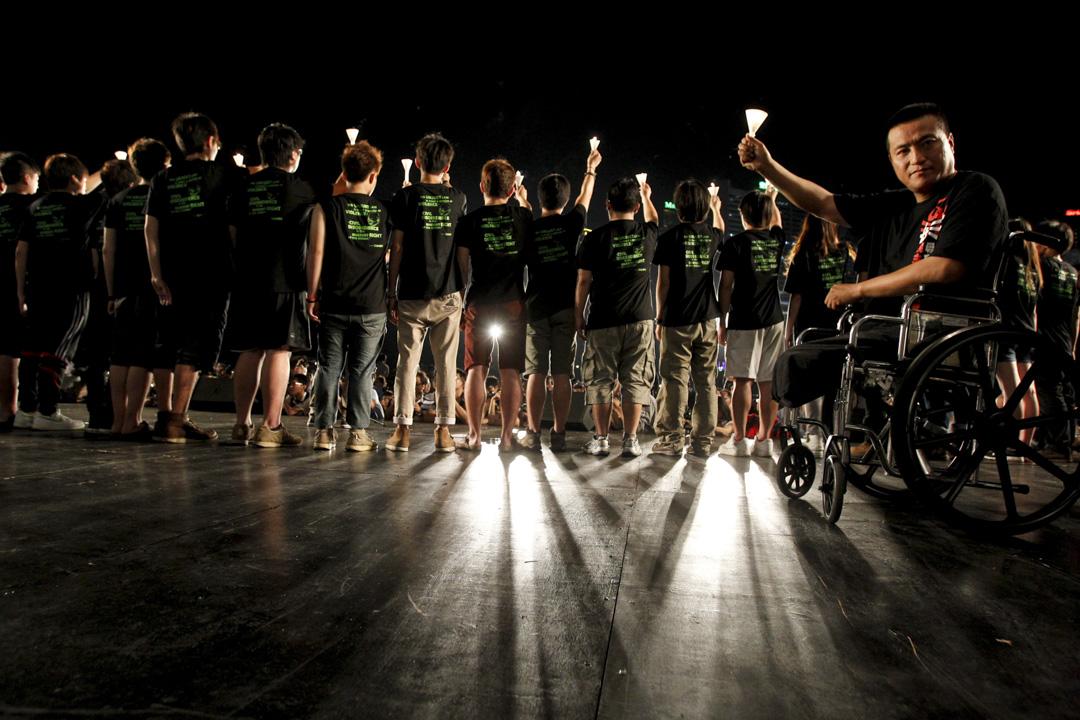 2012年6月4日,當年被坦克輾斷雙腿的民運人士方政從美國順利入境香港,並到場參與維園晚會,方政致辭時表示,見到維園的燭光感到非常震撼和感動,並感謝港人23年來的堅持。