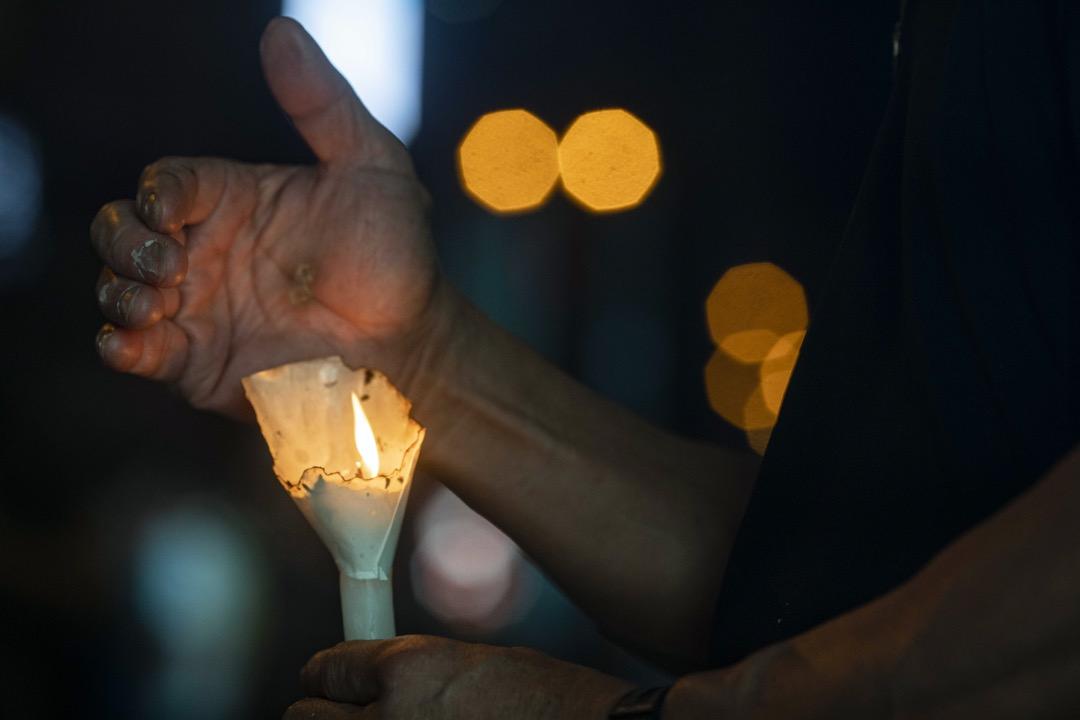 2021年6月4日,有市民拿蠟燭到旺角街頭悼念六四事件。