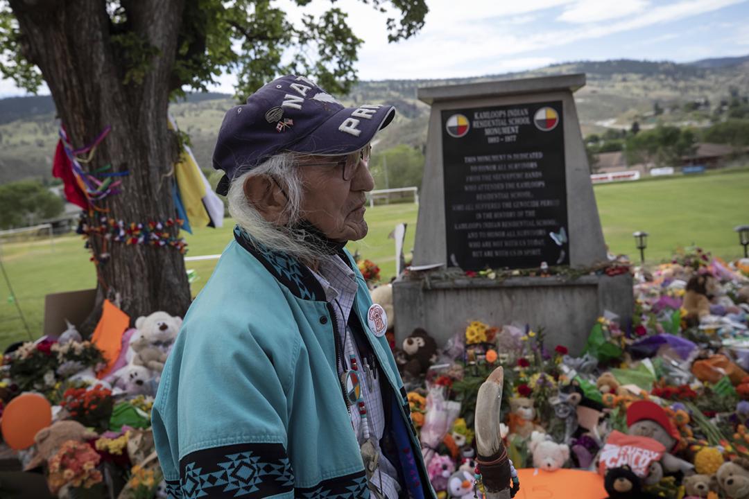 2021年6月4日,年屆75歲的甘露印第安寄宿學校倖存者保羅(Stanley Paul)重返舊地,參與群眾悼念215名死難兒童的活動。保羅在7歲那年被強行帶到甘露印第安寄宿學校就讀,16歲那年成功逃走,並且一路逃到美國。 攝:Darryl Dyck / The Canadian Press via AP