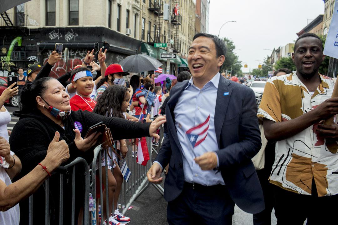 2021年6月13日紐約布魯克林,紐約市市長候選人楊安澤在布魯克林舉行的波多黎各日遊行期間。