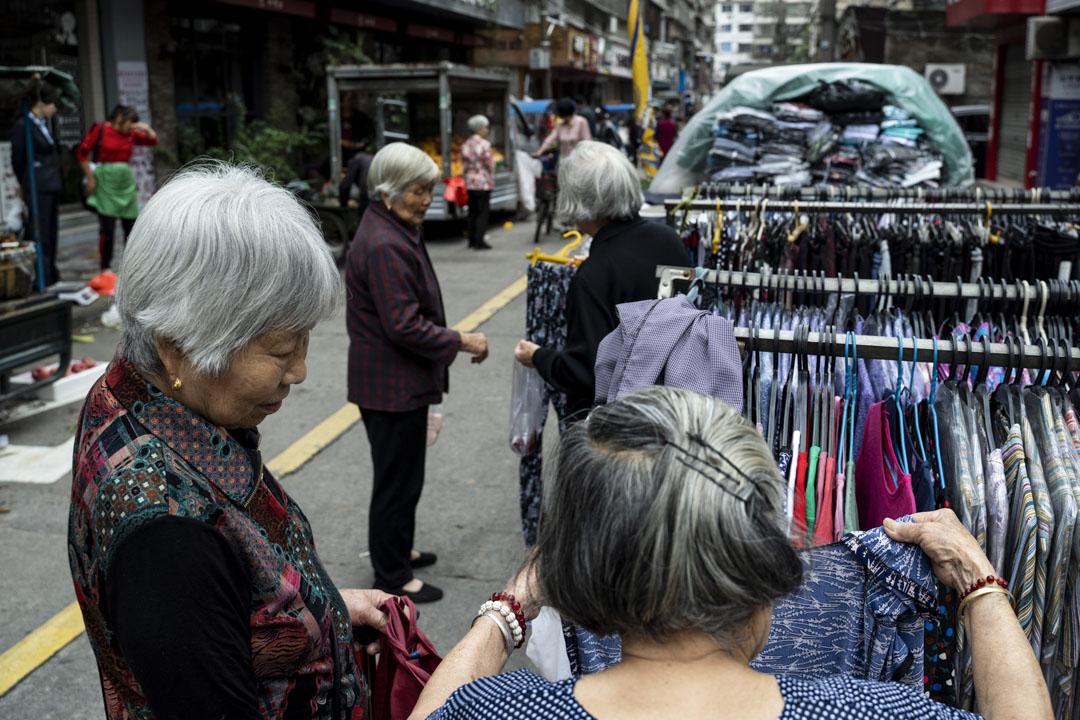 2021年5月25日,浙江青田的早上,老人們在市場上選購衣服。