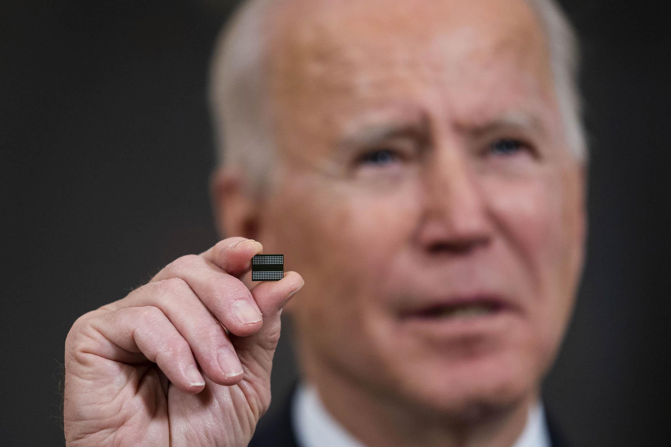 2021年2月24日,美國總統拜登在華盛頓白宮國宴廳簽署經濟行政命令,期間講話時一顆小小的晶片。 攝:Doug Mills/Pool/Getty Images