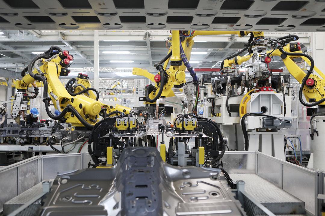 2021年1月19日,重慶長城汽車工廠的機器人手臂在生產線上工作。