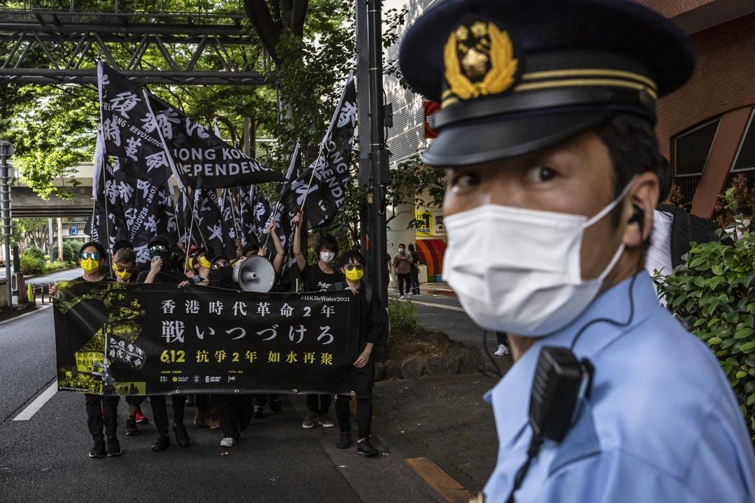 2021年6月12日,日本東京,6.12 衝突兩週年遊行,路線途經新宿車站和區內主要街道,警察沿途維持秩序。