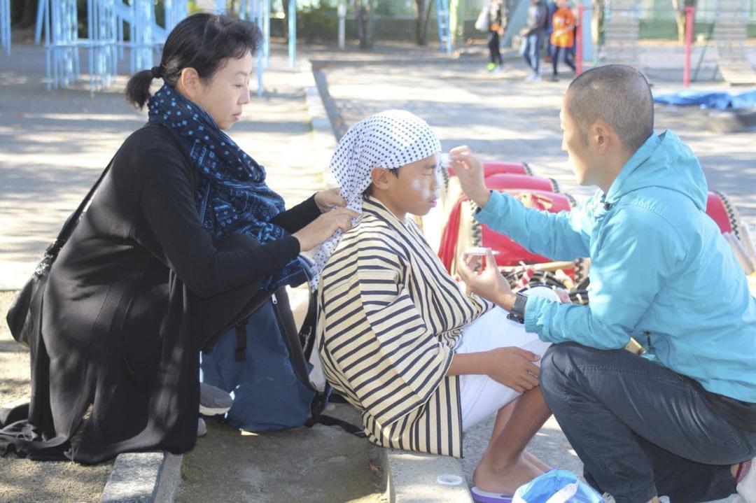 増田典彥老師(右一)與山岸母子。