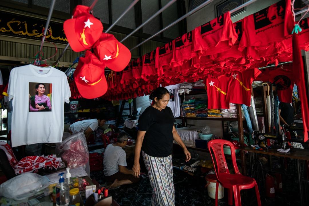 緬甸仰光一家印刷店掛著印有國務資政昂山素姬肖像的衣服。