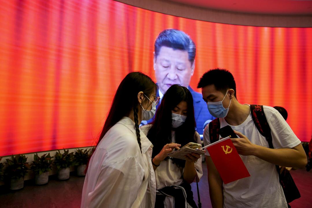2021年6月4日,上海舉行的共產黨第一次全國代表大會紀念活動中,有年輕人帶上黨旗參加。