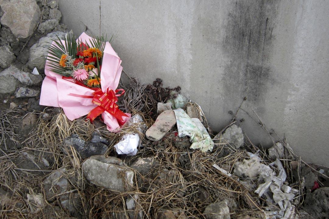 2012年7月23日,温州動車一週年,有人獻花向遇難者致敬。