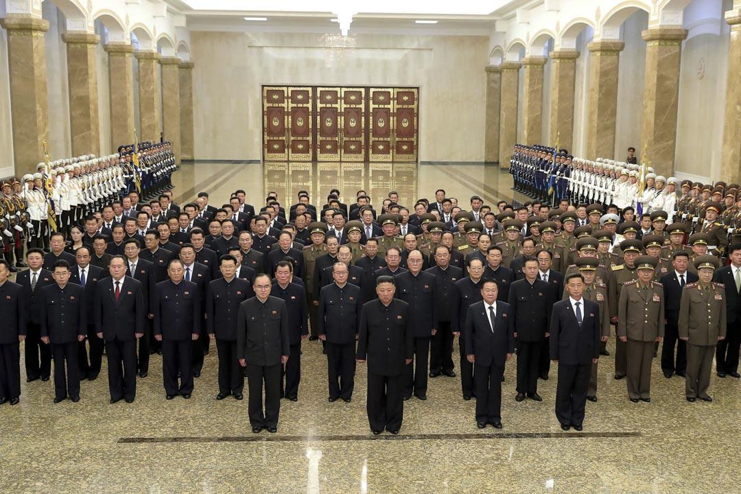 2021年7月8日,北韓領導人金正恩與政治局成員和其他高級官員站在北韓平壤錦繡山太陽宮的入口大廳,向一座巨大宮殿裡向前領導人金日成表示敬意。 攝:Korean Central News Agency/Korea News Service /AP/達志影像