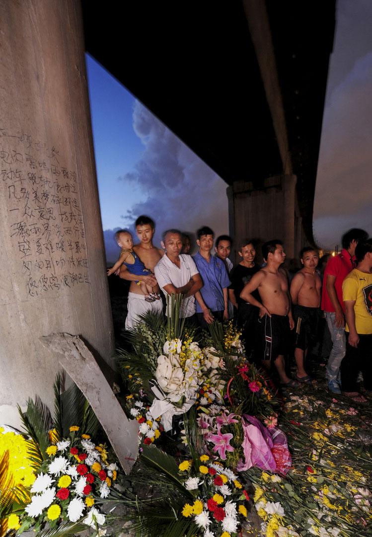 2011年7月28日,市民為温州動車意外的遇難者致哀。