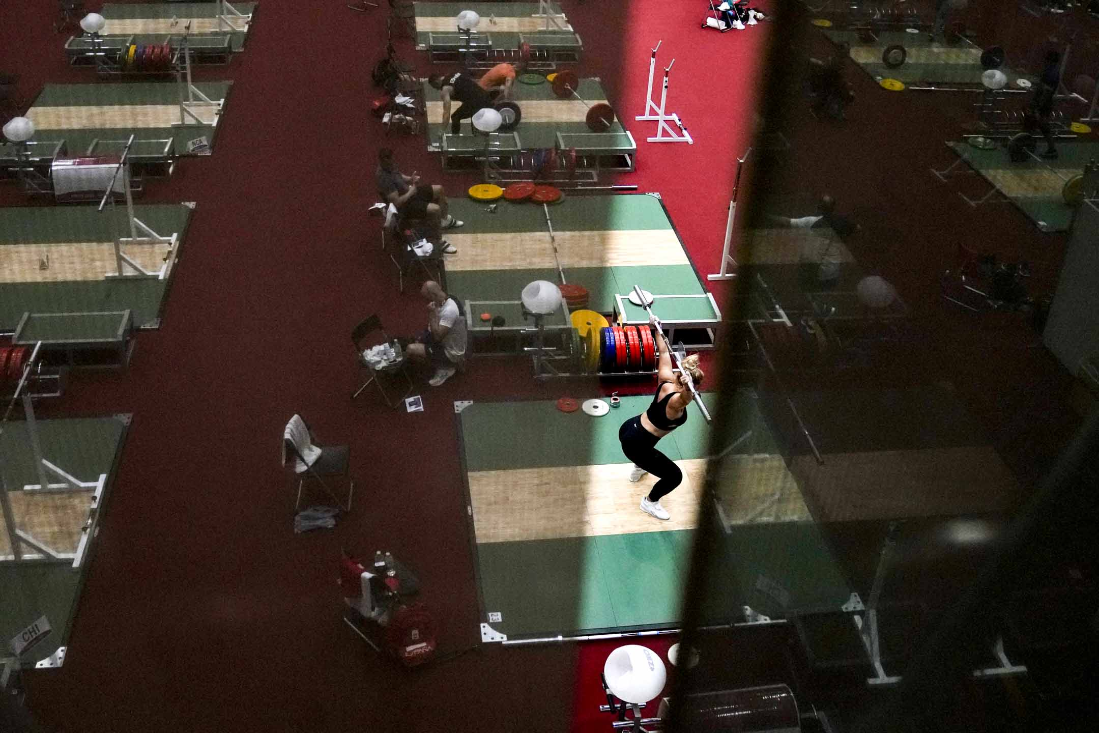 2021年7月20日,一名運動員在東京舉行的2020年奧運會舉重訓練館內練習。 攝:Petr David Josek/AP/達志影像