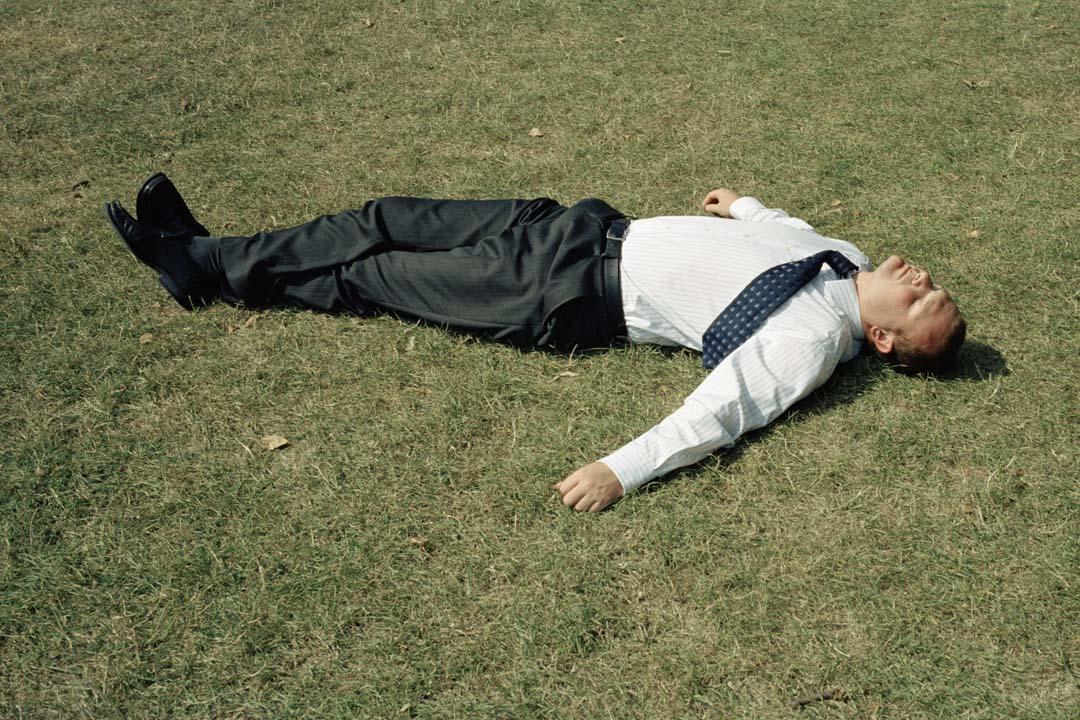 2006年7月27日,英國,一名上班族躺在海德公園享受陽光。