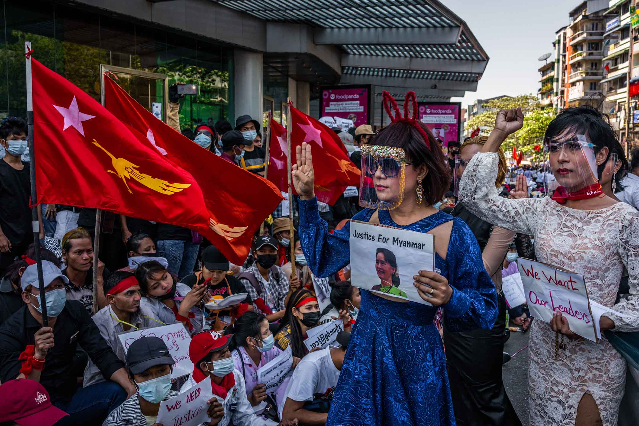 2021年2月10日緬甸仰光,示威者舉著領導人昂山素姬的照片。
