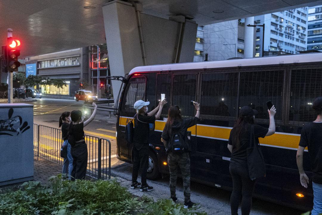 2021年6月29日西九龍裁判法院,一班支持者追著囚車,聲援因2019反修例運動被捕的被告。