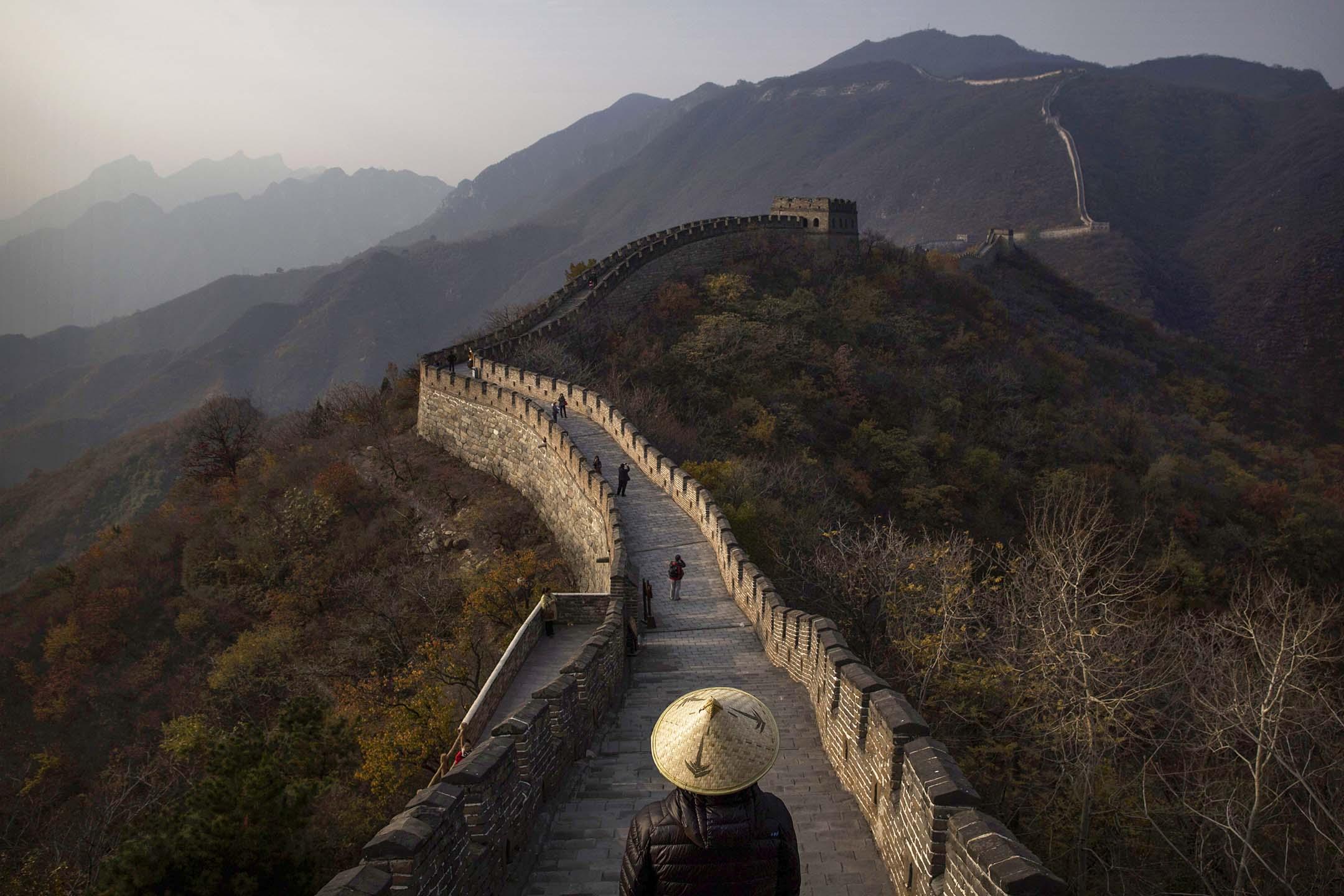 2014年10月28日北京,遊客在萬里長城的一段上行走。