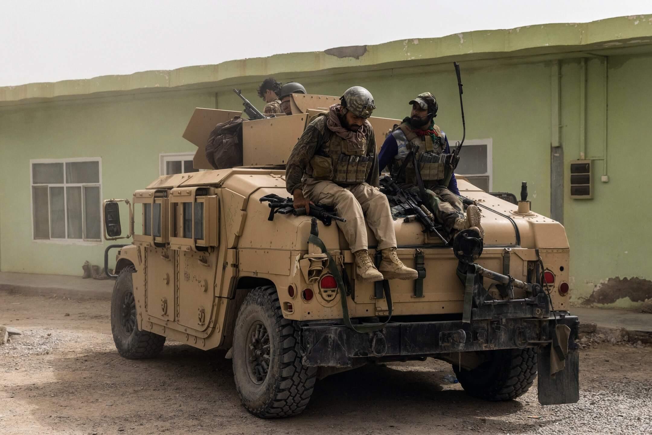 2021年7月13日,阿富汗坎大哈省,阿富汗特種部隊成員在一項拯救任務中與塔利班發生激烈衝突後,回到部隊基地。