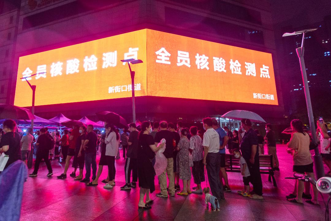 2021年7月28日,南京,市民排隊進行病毒核酸檢測。 攝:Yang Bo/Getty Images