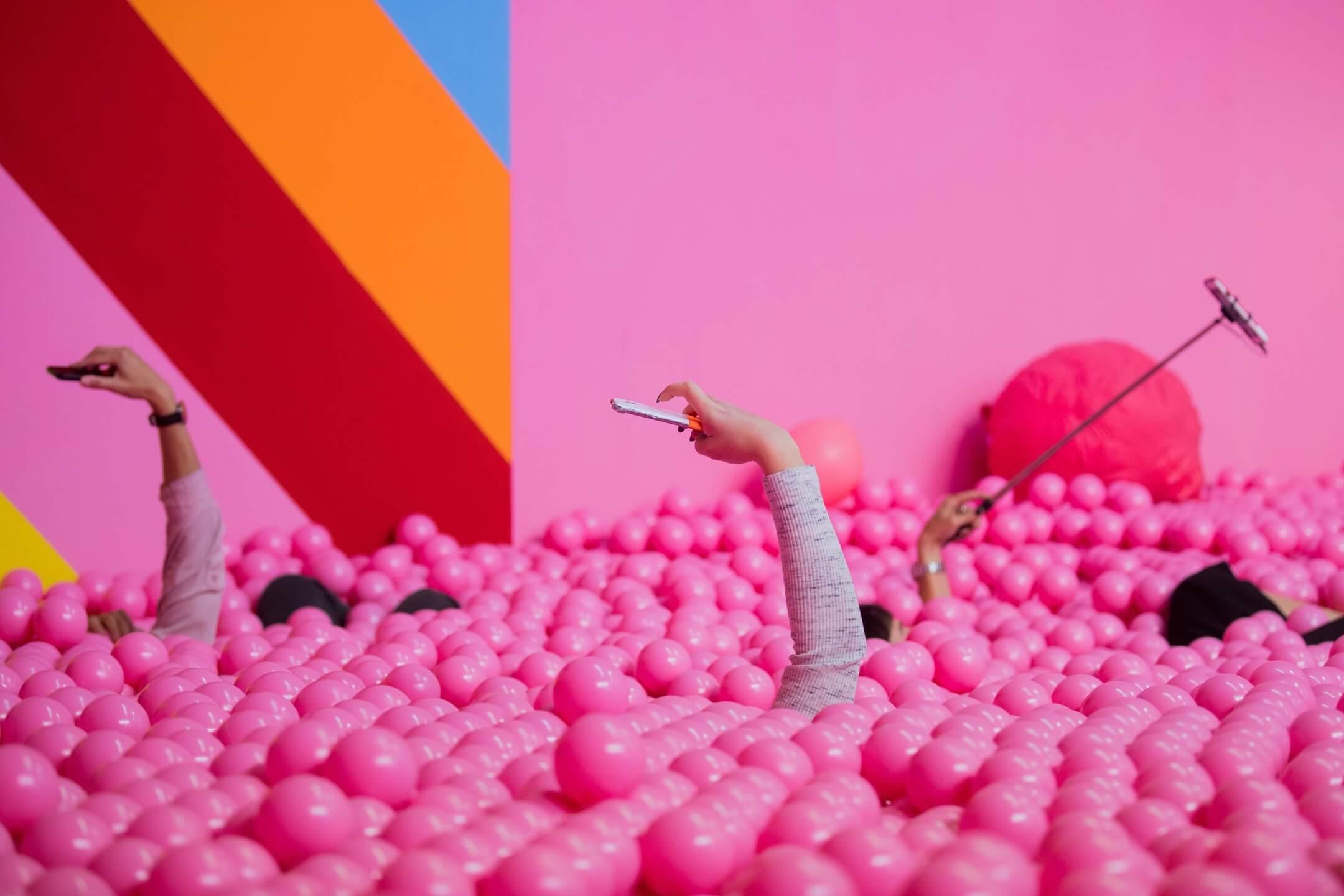 德國科隆,遊客在藝術館內一件裝置藝術品裏面拍照。 攝:Rolf Vennenbernd/DPA/AFP via Getty Images