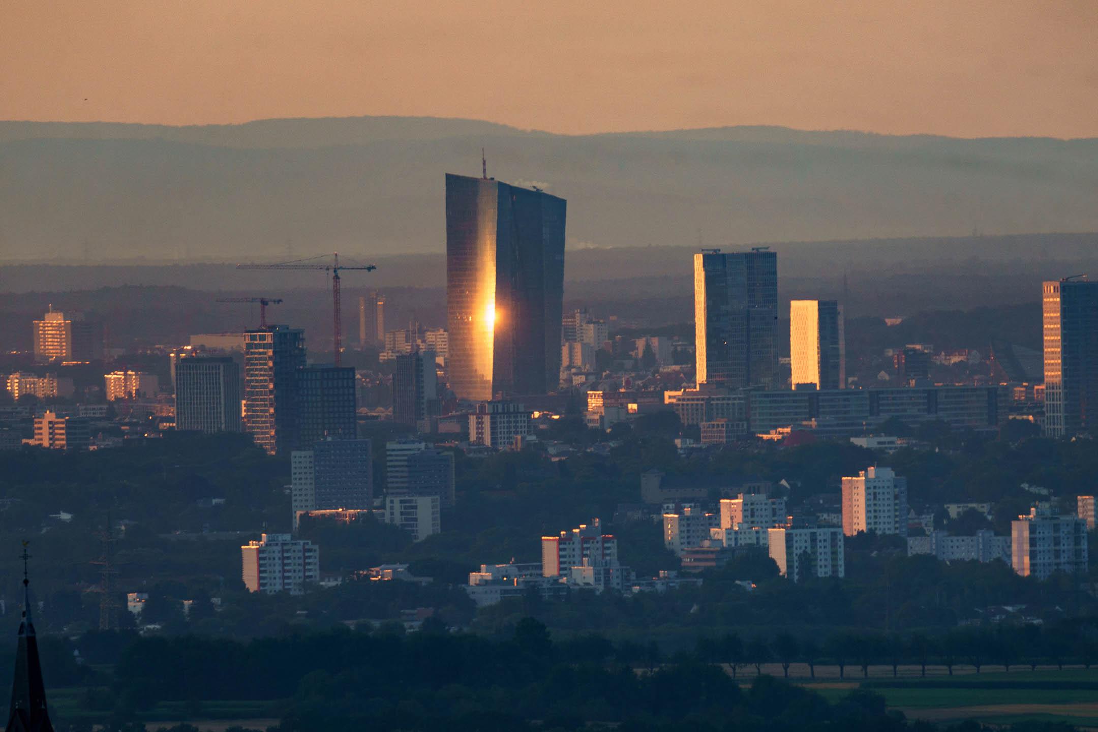 2021年7月29日德國黑森州,歐洲中央銀行 (ECB) 總部的摩天大樓反射初升的陽光。