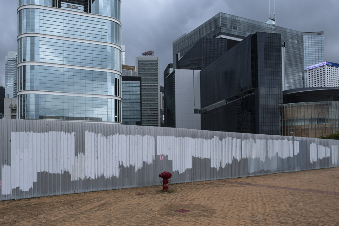 2021年6月30日香港金鐘,立法會外一堆被淹蓋的塗鴉。