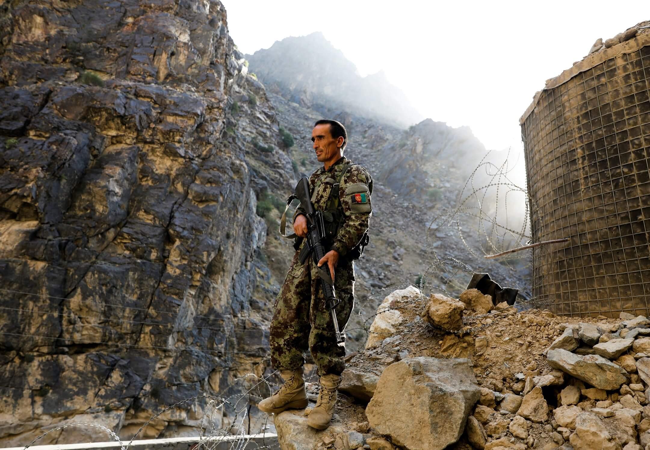 2021年7月8日,一名阿富汗國民軍士兵在賈拉拉巴德-喀布爾高速公路上站崗。