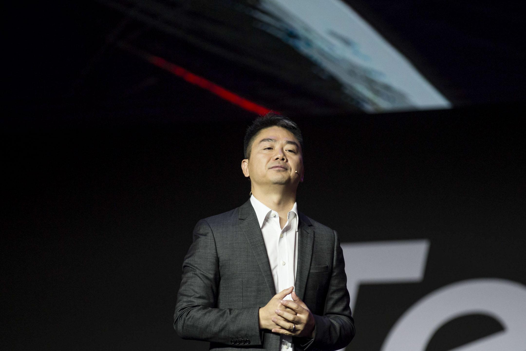 劉強東於2018年陷入的性侵訴訟仍繼續進行中。圖為2017年7月20日,劉強東在上海世博中心舉行的2017年聯想科技世界大會上發表講話。 攝:Visual China Group via Getty Images/Visual China Group via Getty Images