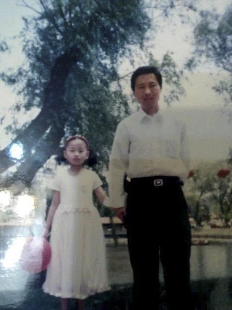 唐正琪小時候與父親唐吉田合照。
