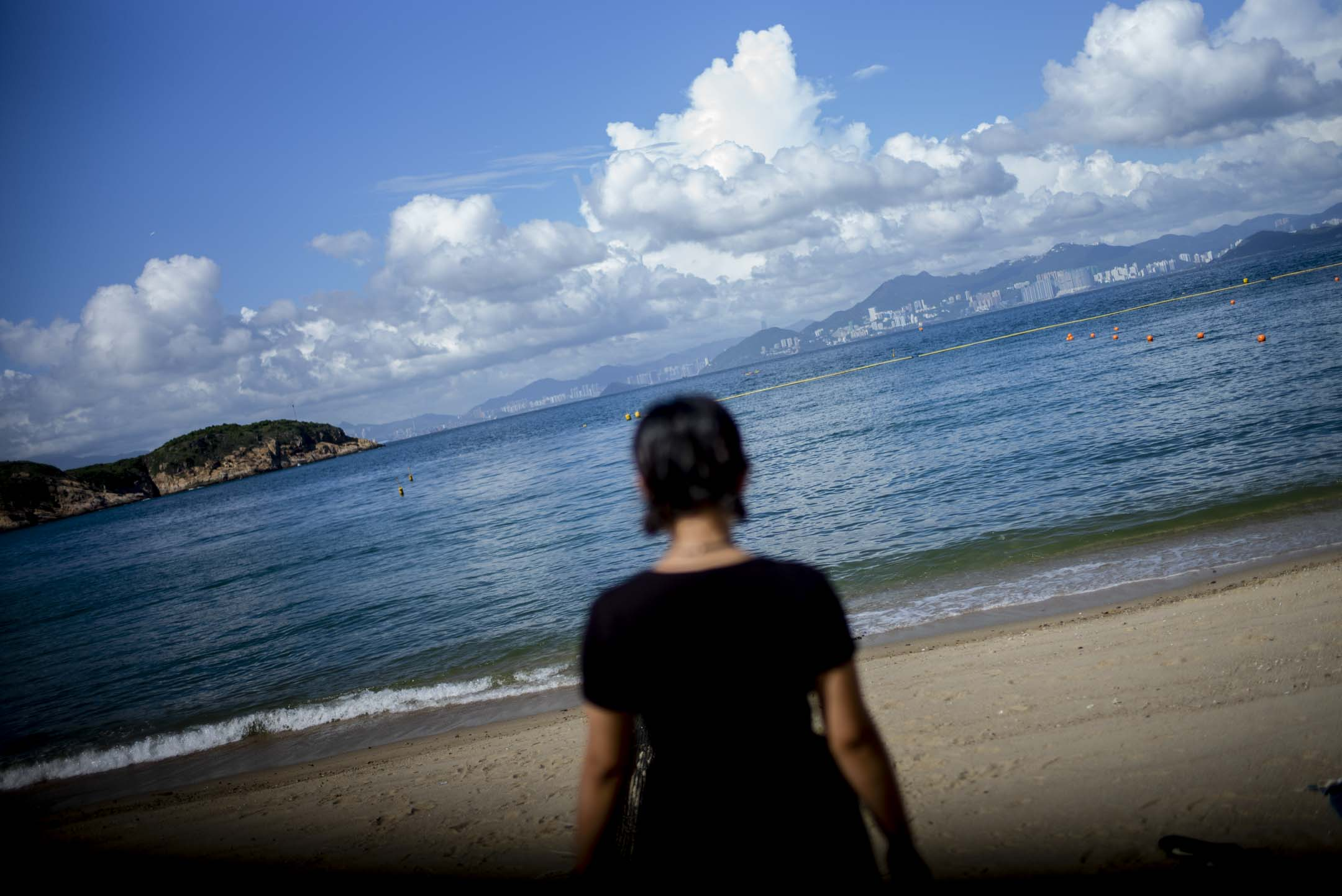 阿苗在長洲的沙灘上。 攝:林振東/端傳媒