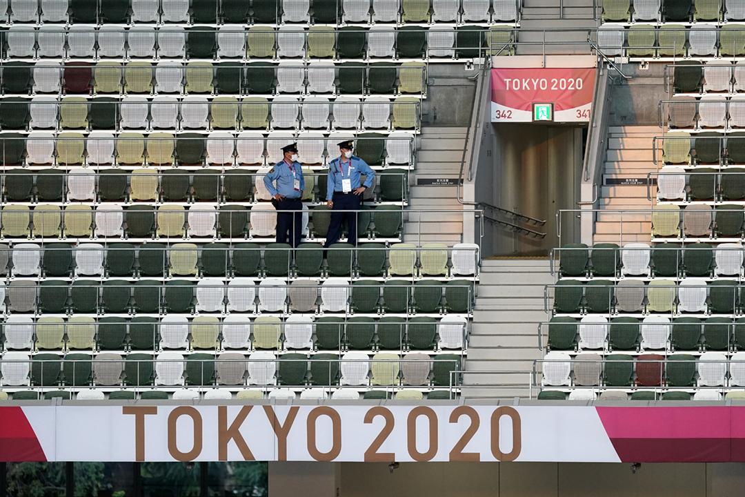 2021年7月23日,東京奧運開幕禮即將在國立競技場閉門舉行,兩名保安人員正在觀眾席間巡視。 攝:Mike Egerton / PA Images via Getty Images
