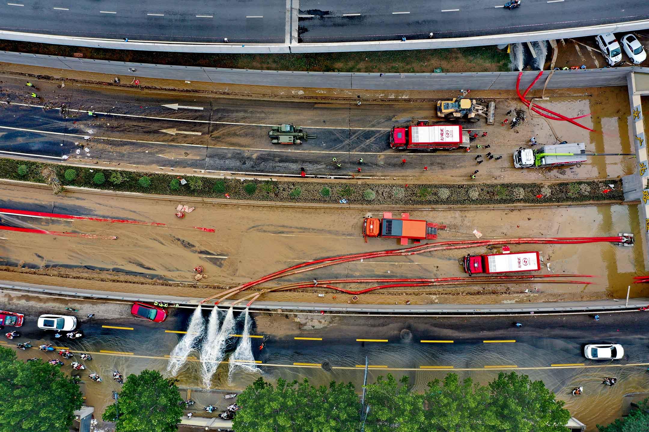 2021年7月23日中國鄭州,吸水機組在京廣南路隧道內抽水,加快隧道內的排水速度。
