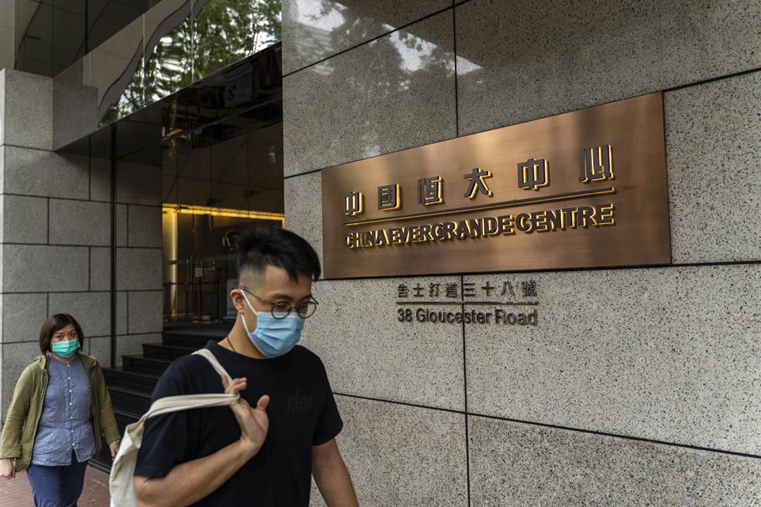 圖為2020年9月25日,位於香港的中國恒大中心外。 攝:Chan Long Hei / Bloomberg via Getty Images