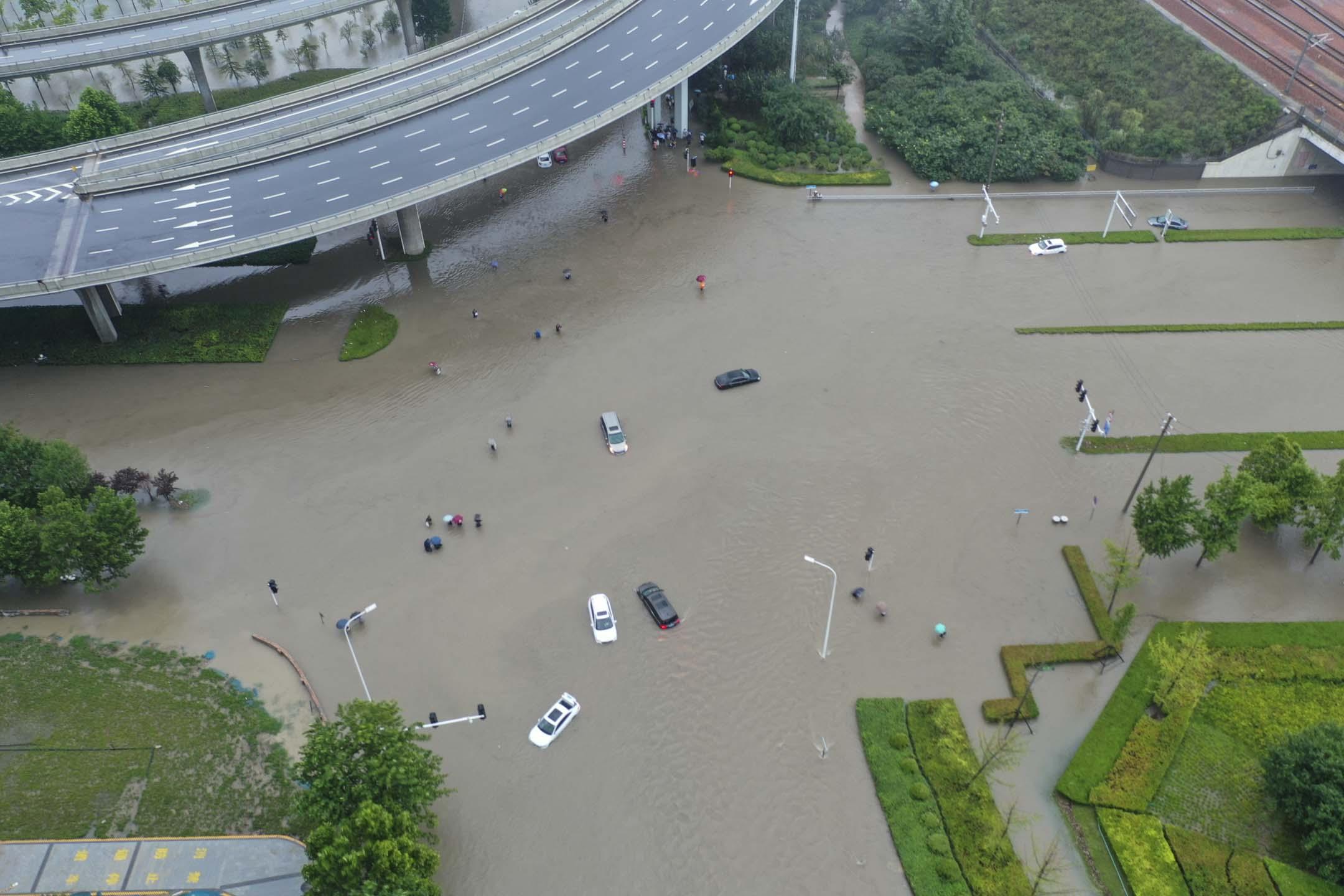 2021年7月20日,河南省鄭州市暴雨,鳥瞰下看到洪水中的車輛。 攝:Jiao Xiaoxiang/VCG via Getty Images