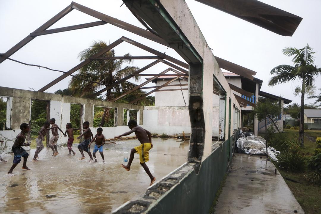 英國《衛報》發表調查報道,指去年全球約有2200人以人均13萬美元的「投資」金額,取得太平洋島國瓦努阿圖的「黃金護照」。圖為2019年12月6日在瓦努阿圖塔納島上,一群小孩在一所遭強風嚴重破壞的學校建築內嬉戲。 攝:Mario Tama / Getty Images