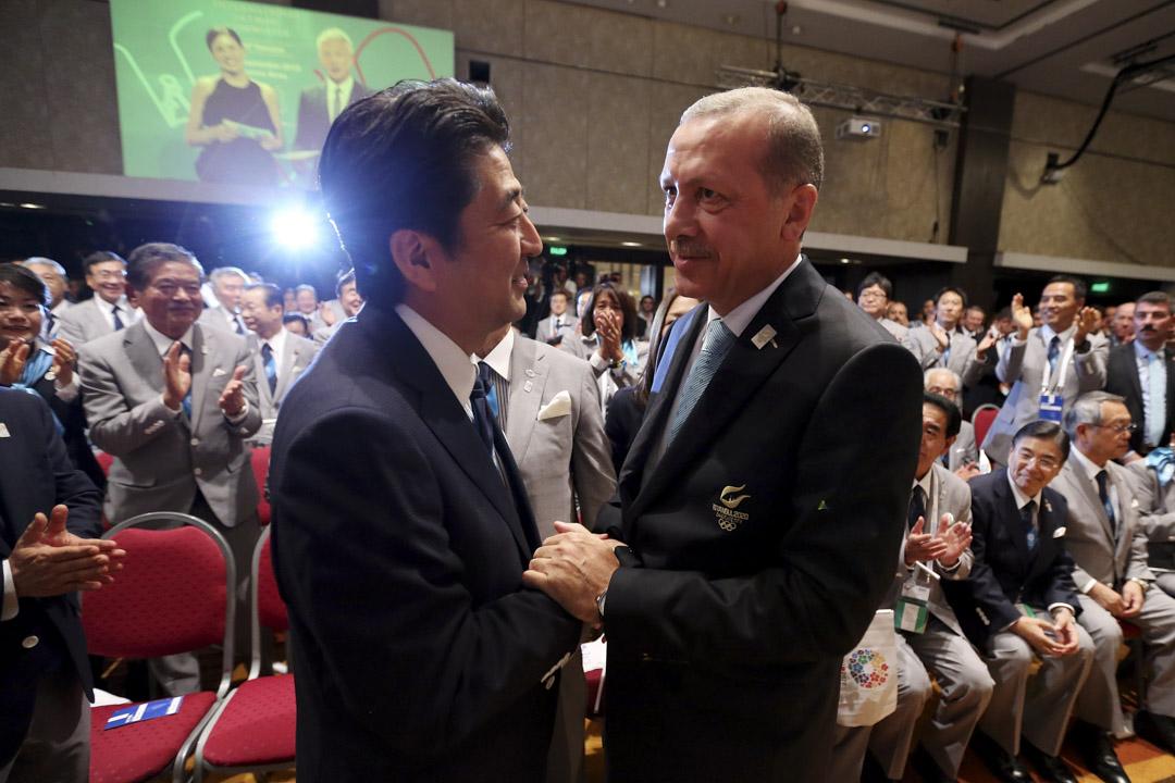 2013年9月7日阿根廷布宜諾斯艾利斯,日本首相安倍晉三(左)與土耳其總理埃爾多安握手,東京被授予成為2020夏季奧運會的主辦城市。