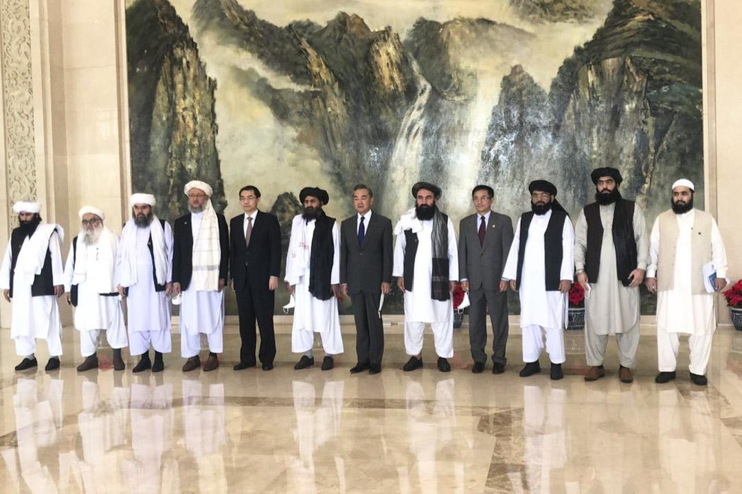 2021年7月28日,外交部長王毅在天津會見塔利班代表。 圖:Twitter@Ahmer Khan