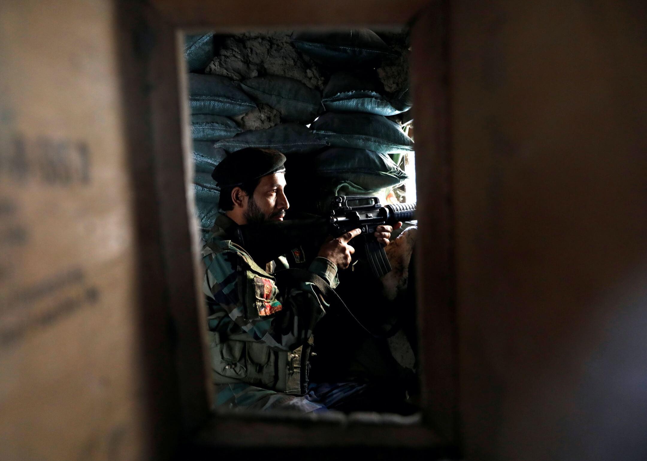 2021年7月8日,一名阿富汗國民軍士兵在賈拉拉巴德-喀布爾高速公路上站崗。 攝:Mohammad Ismail/Reuters/達志影像