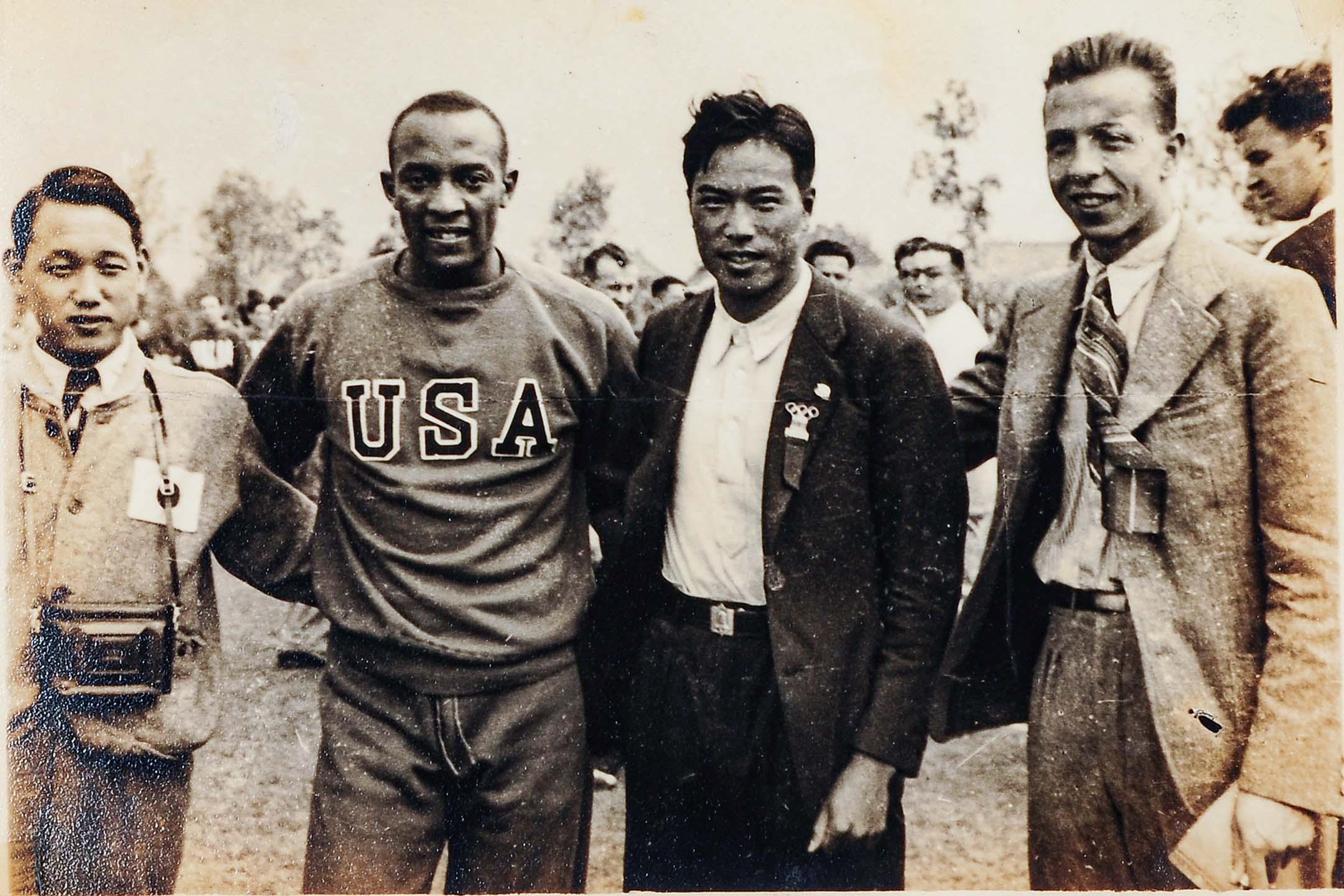 1936年第十一屆柏林奧運會,張星賢(右二)與歐文斯合照。