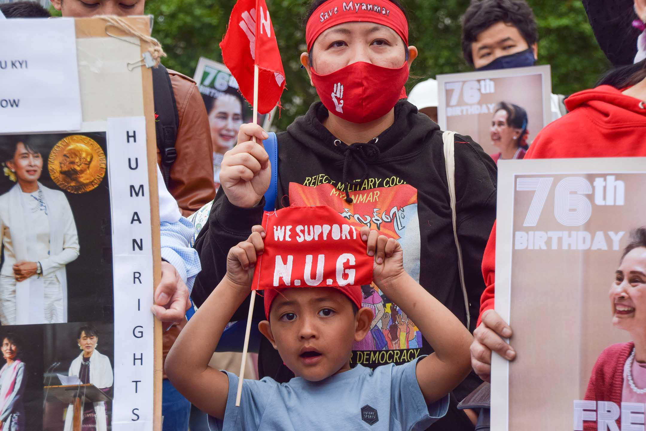 2021年6月19日英國倫敦,緬甸反政變示威期間,一個男孩在廣場舉著一面支持全國團結政府的小旗。