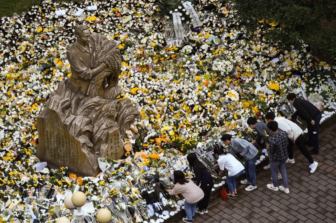 2021年5月23日,中國重慶市西南大學,人們到袁隆平像獻花。