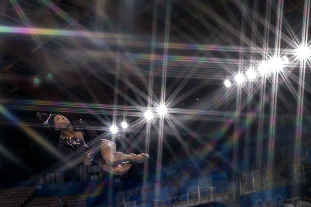 2021年7月22日,美國體操運動員拜爾絲在平衡木上演出。 攝:Tim Clayton/Corbis via Getty Images
