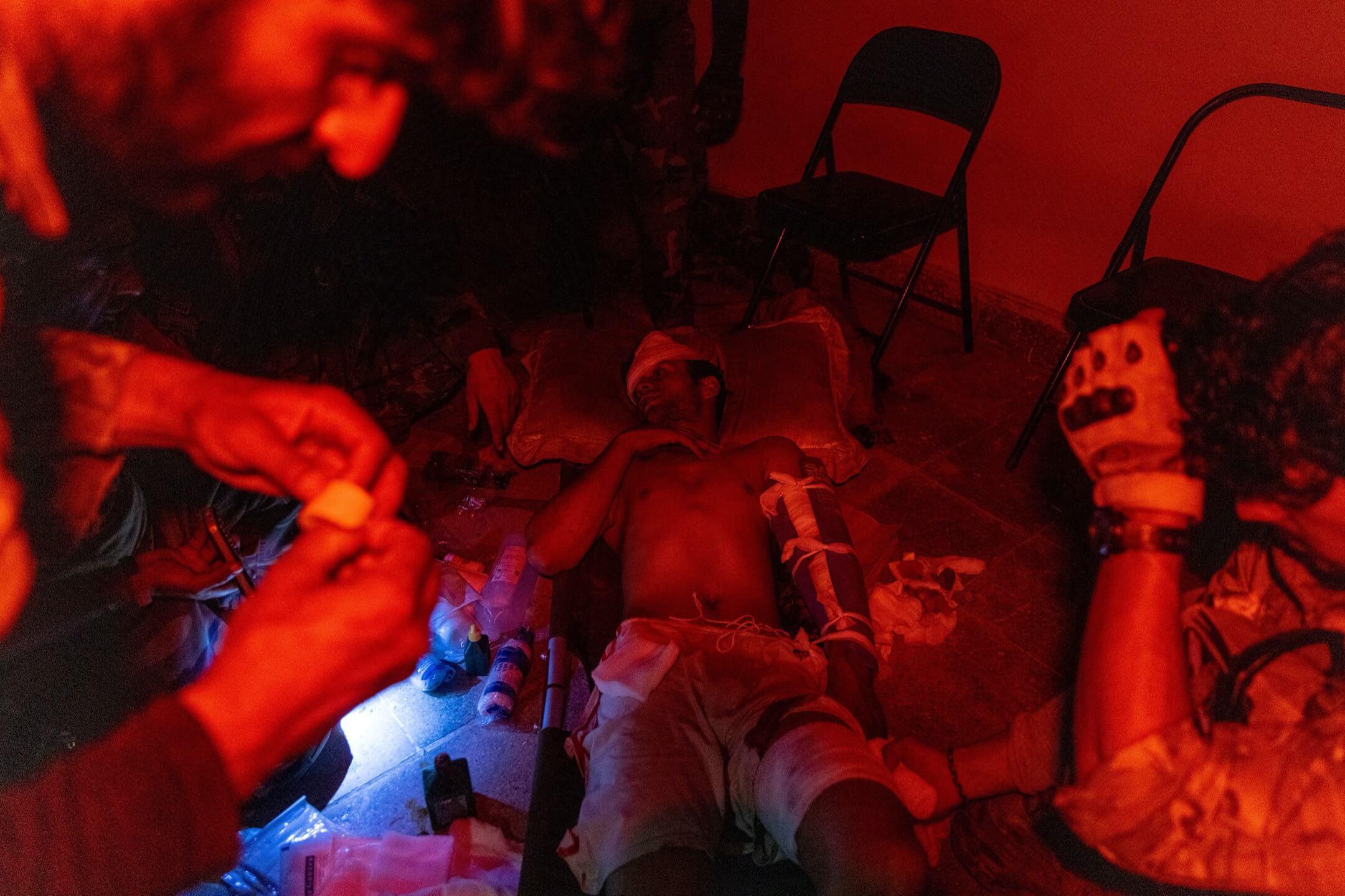 2021年7月12日,阿富汗坎大哈省,一名阿富汗國民軍士兵與塔利班槍戰期間受傷,到場支援的阿富汗特種部隊成員為他包紮。