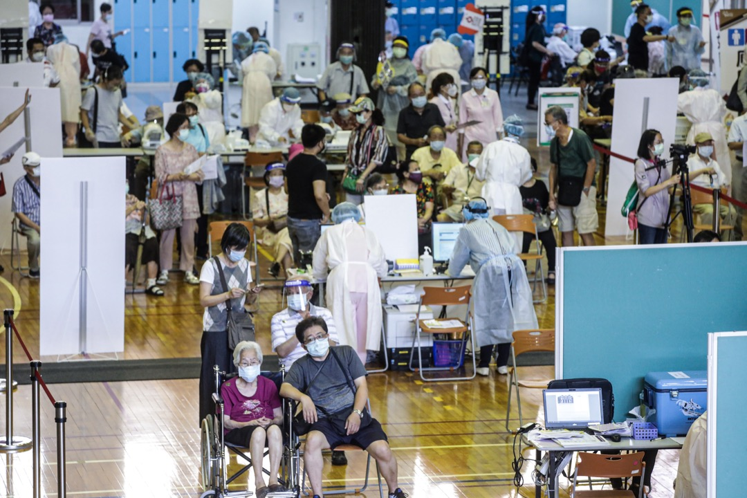 2021年6月15日,台灣台北市,市民在輪後接種牛津阿斯特捷利康(AZ)疫苗。