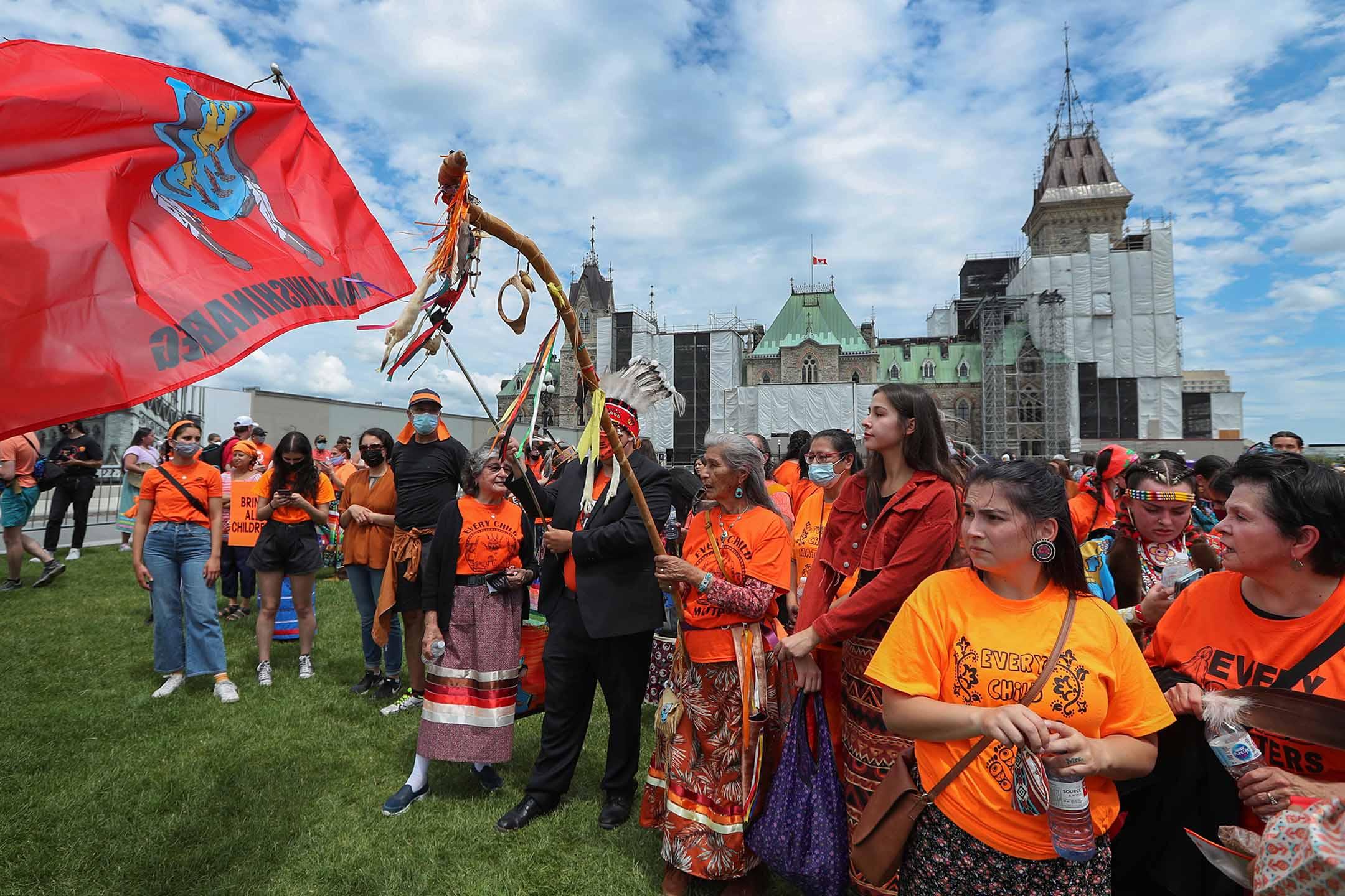 2021年7月1日加拿大安大略省渥太華市,身穿橙色衣服的示威者聚集在聲援原住民寄宿學校的倖存者。 攝:David Kawai/Bloomberg via Getty Images